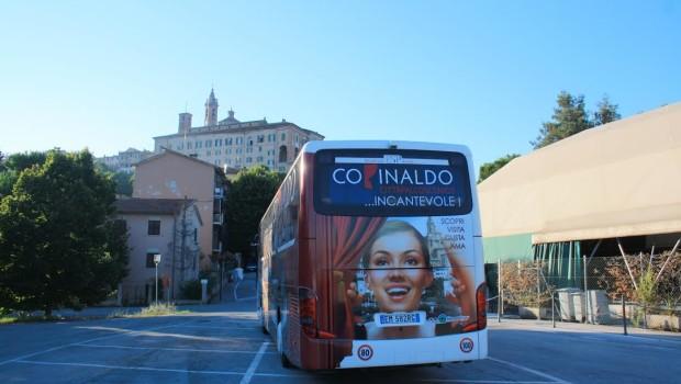Il nuovo autobus con la pubblicità di Corinaldo