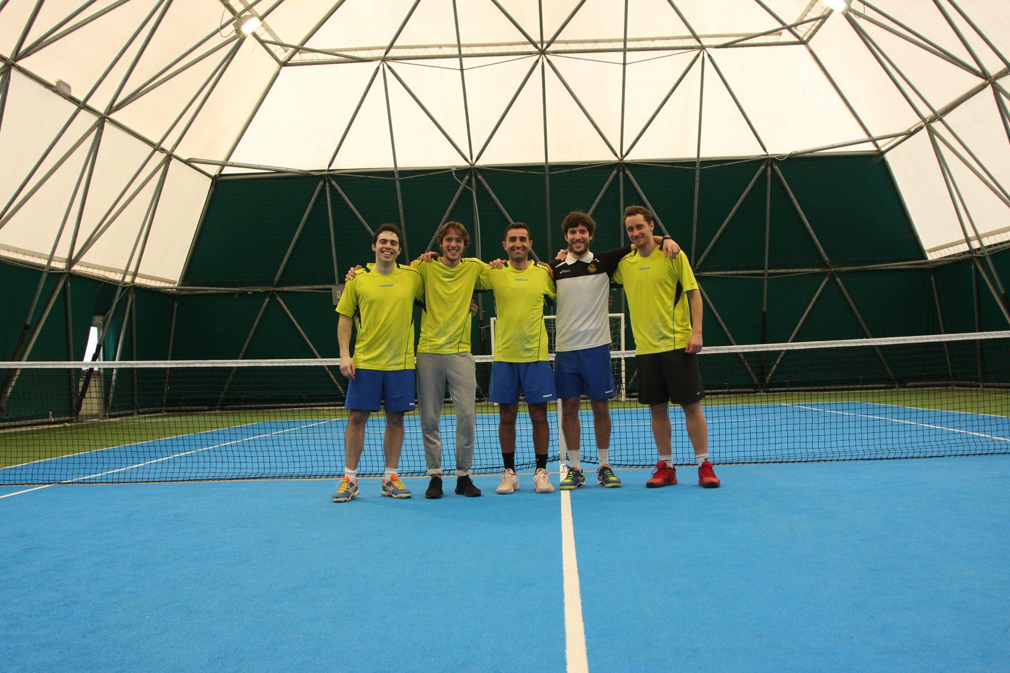La squadra di tennis di Corinaldo sul nuovo manto sintetico